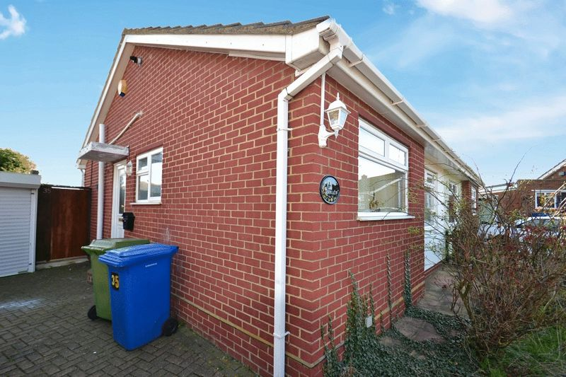 2 Bedrooms Semi Detached Bungalow for sale in Ashley Close, Halfway