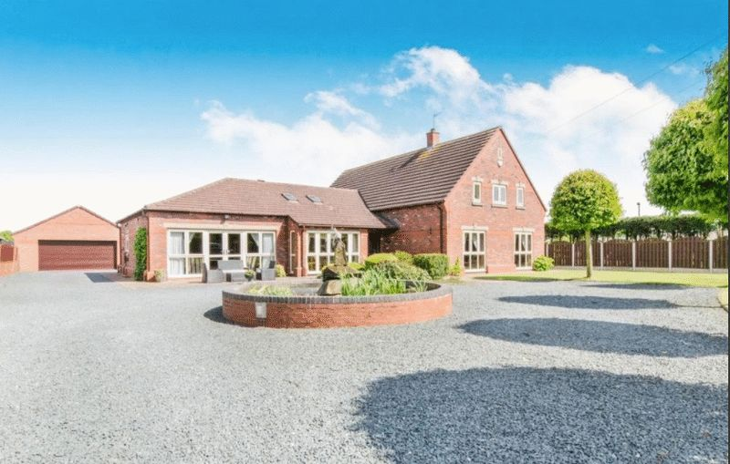 5 Bedrooms Detached House for sale in The Corfields, Pinfold Lane, Doncaster