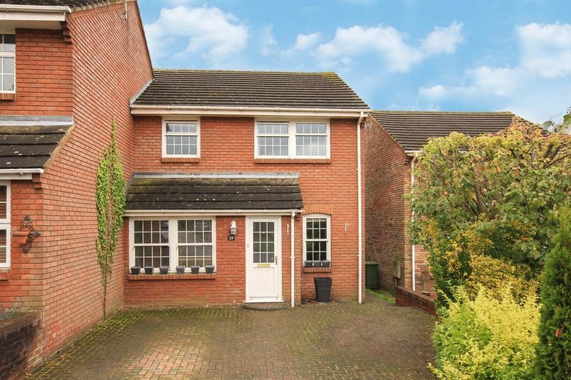 3 Bedrooms Semi Detached House for sale in Grove Gardens, Tring