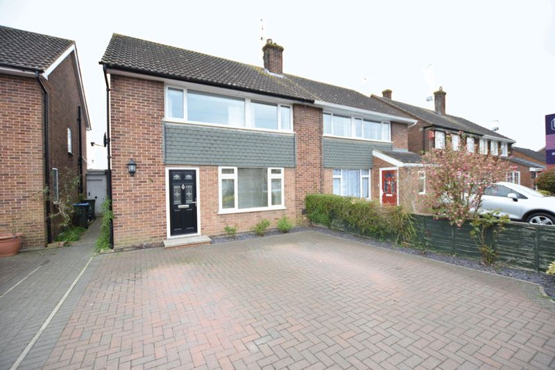 3 Bedrooms Semi Detached House for sale in Glebe Close Pitstone