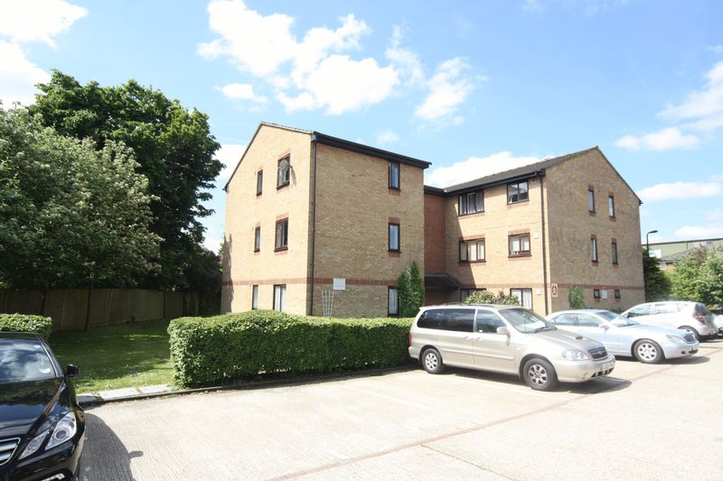 2 Bedrooms Flat for sale in Chartwell Close, Greenford