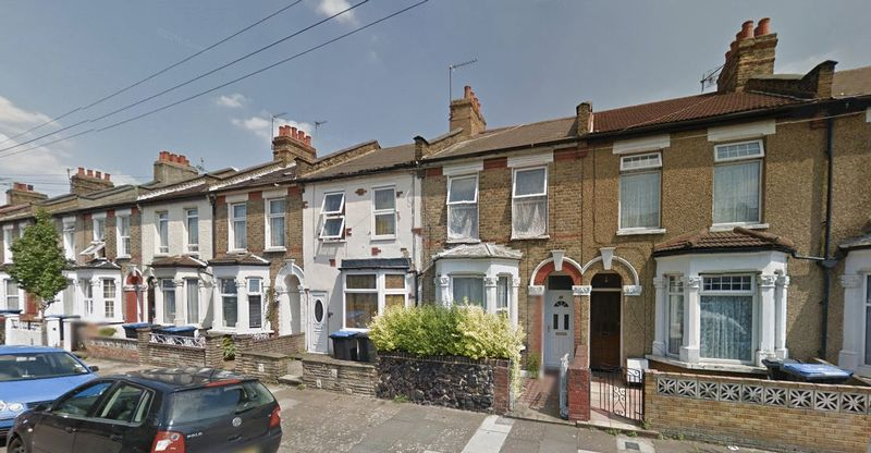 3 Bedrooms Terraced House for sale in Hawthorn Road, London N18