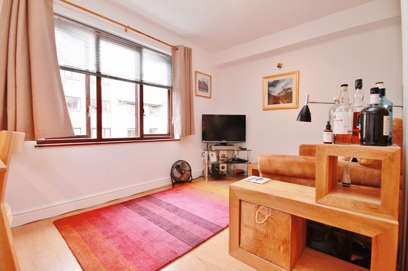 Spacious One Bedroom Apartment, E14