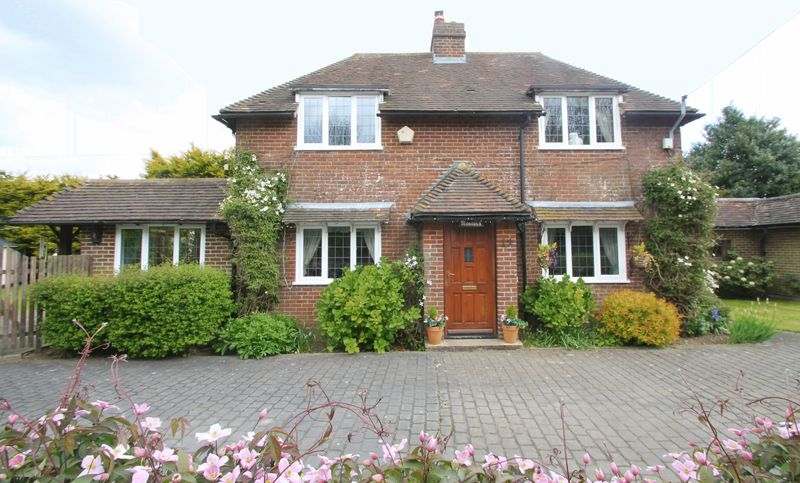 4 Bedrooms Detached House for sale in Canterbury Road, Selsted