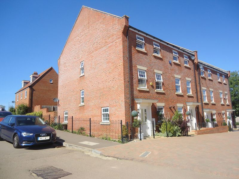 4 Bedrooms House for sale in EXECUTIVE TOWN HOUSE built less than 5 years ago JUST HALF A MILE FROM STATION