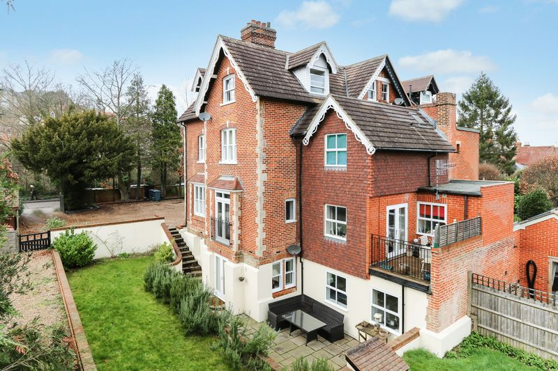 2 Bedrooms Flat for sale in Marshall Road, Godalming
