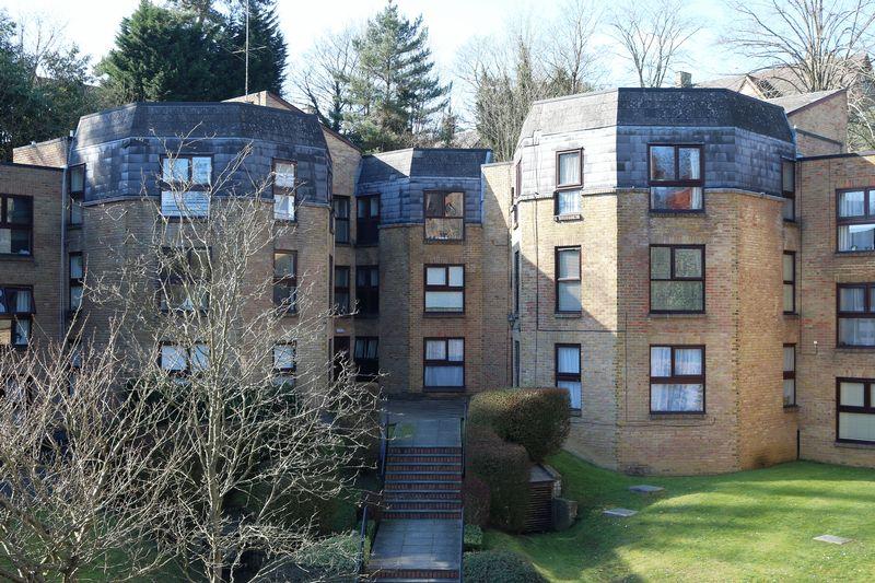 2 Bedrooms Flat for sale in Charterhouse Road, Godalming