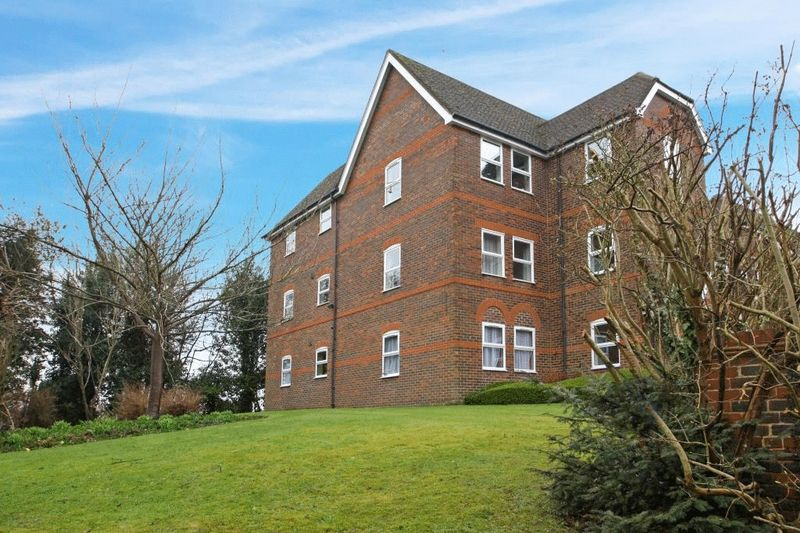 2 Bedrooms Flat for sale in Blenheim Court, High Wycombe