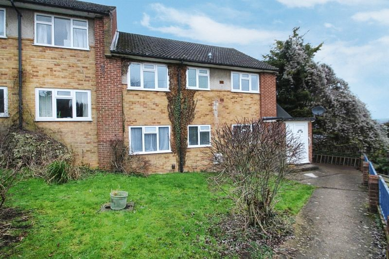 2 Bedrooms Flat for sale in Carver Hill Road, High Wycombe