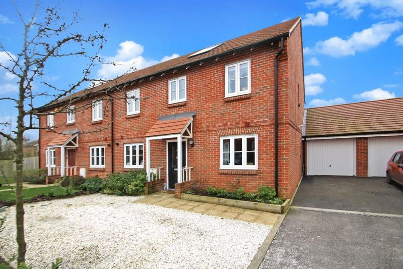 4 Bedrooms Semi Detached House for sale in Wellesbourne Crescent, High Wycombe