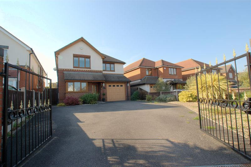 4 Bedrooms Detached House for sale in Iford Gardens, Bournemouth