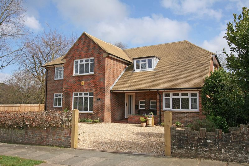 5 Bedrooms Detached House for sale in Henfield