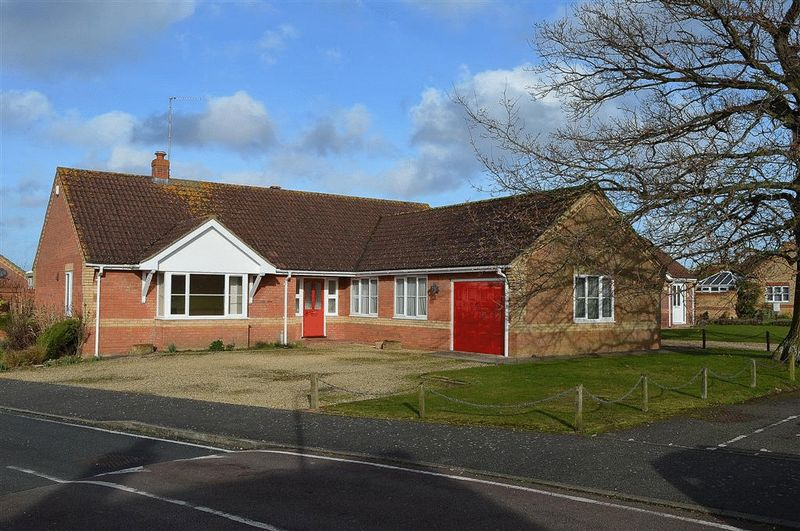 3 Bedrooms Detached Bungalow for sale in Kingfisher Way Watton