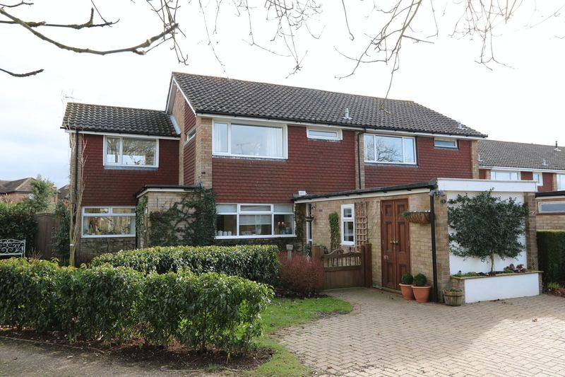 4 Bedrooms Semi Detached House for sale in Close To Downley Common