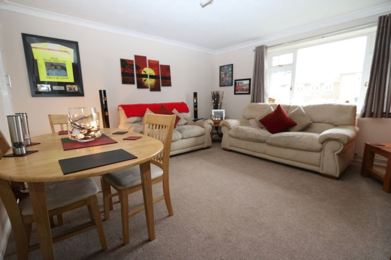 2 Bedrooms Flat for sale in Westover Court, High Wycombe