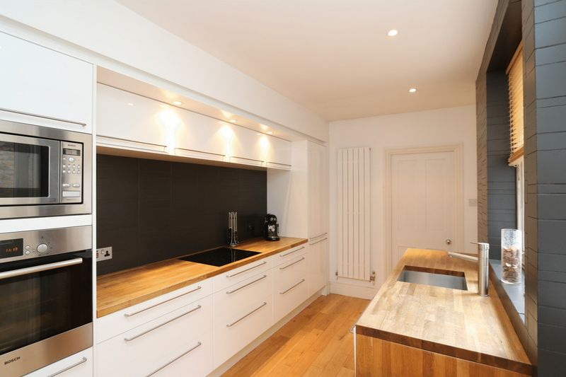 2 Bedrooms Terraced House for sale in Exquisite and Close to Station