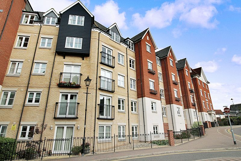 2 Bedrooms Property for sale in Salter Court, Colchester, CO3 3FF