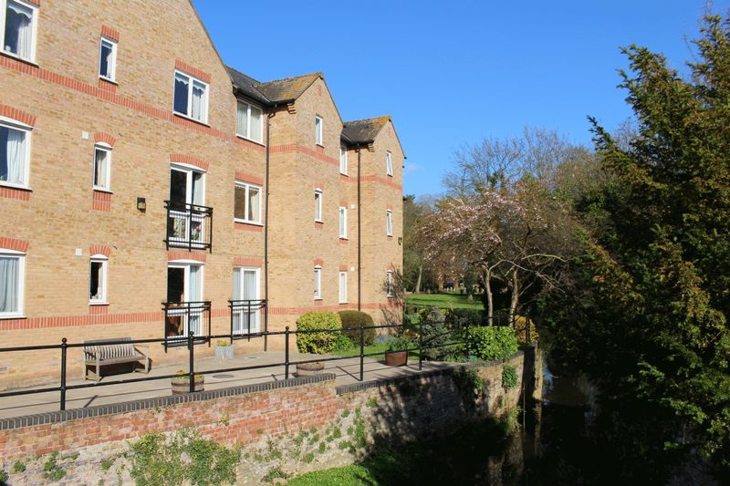 2 Bedrooms Property for sale in Waterside Court, St Neots, PE19 2BL