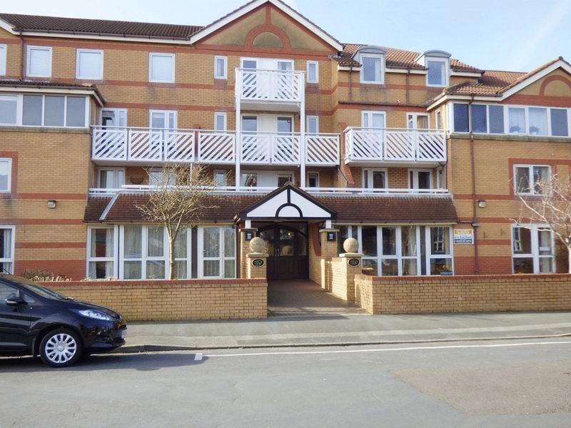 2 Bedrooms Property for sale in Poplar Court, Lytham St. Annes, FY8 1NZ
