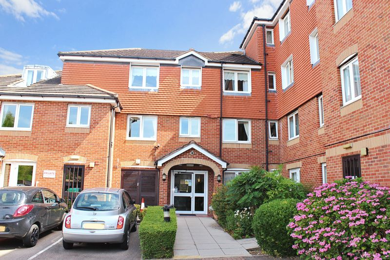 2 Bedrooms Property for sale in Hudsons Court, Potters Bar, EN6 1DH