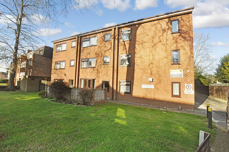 1 Bedroom Property for sale in Holmoaks House, Beckenham, BR3 5PA