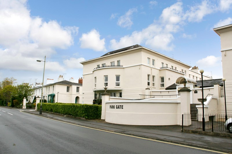2 Bedrooms Property for sale in Park Gate, Cheltenham, GL50 2QE