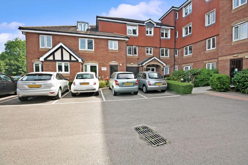 2 Bedrooms Property for sale in Hudsons Court, Potters Bar, EN6 1DH