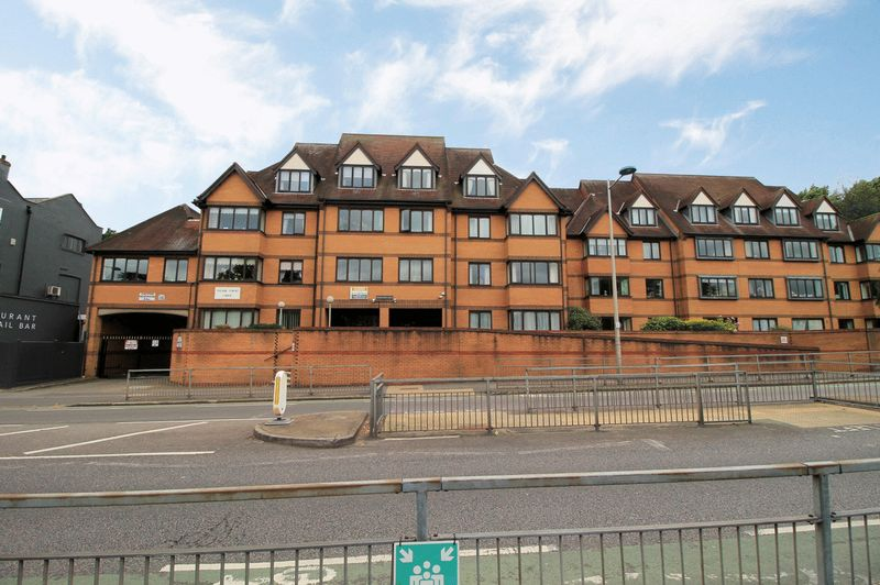 2 Bedrooms Property for sale in Manor Court Lodge, South Woodford, E18 2PD