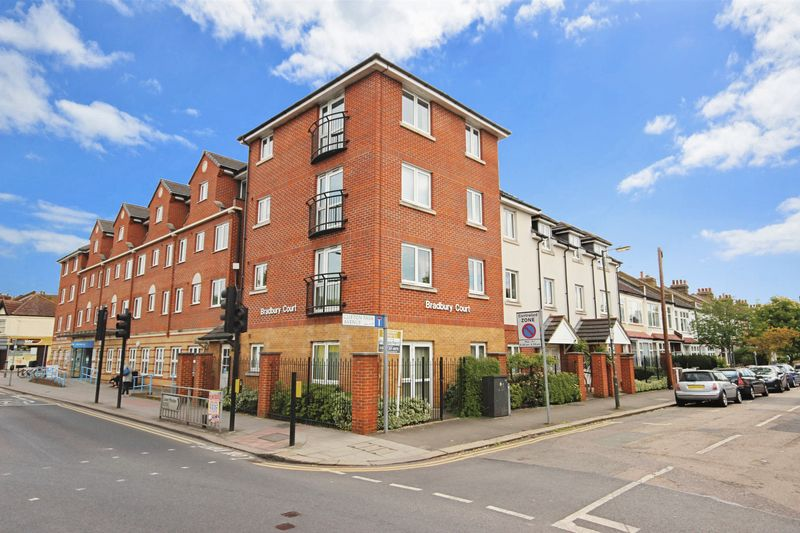 2 Bedrooms Property for sale in Bradbury Court, Raynes Park, SW20 8BF