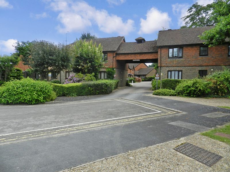 2 Bedrooms Property for sale in Dumbrells Court, Ditchling, BN6 8TG