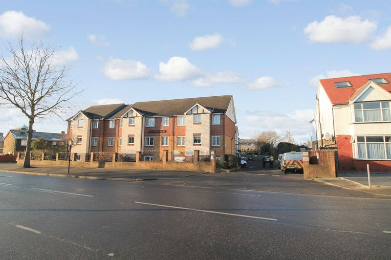 2 Bedrooms Property for sale in Kingswood Court, Chingford, E4 8LL