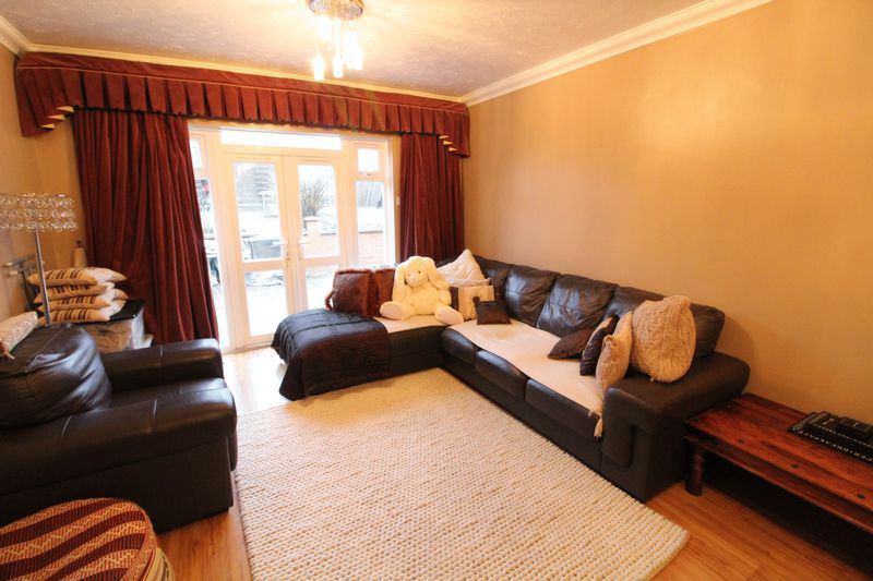 3 Bedrooms Semi Detached House for sale in Fantastic family home in Ickneild Catchment