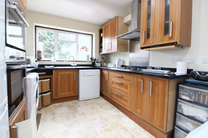 3 Bedrooms Detached Bungalow for sale in Immaculate three bedroom bungalow in Round Green