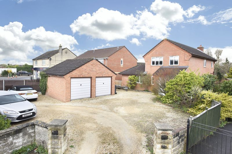 3 Bedrooms Detached House for sale in Frome Road, Trowbridge