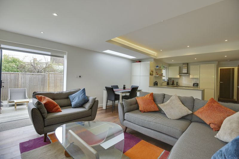 2 Bedrooms Flat for sale in Coleridge Road, N8