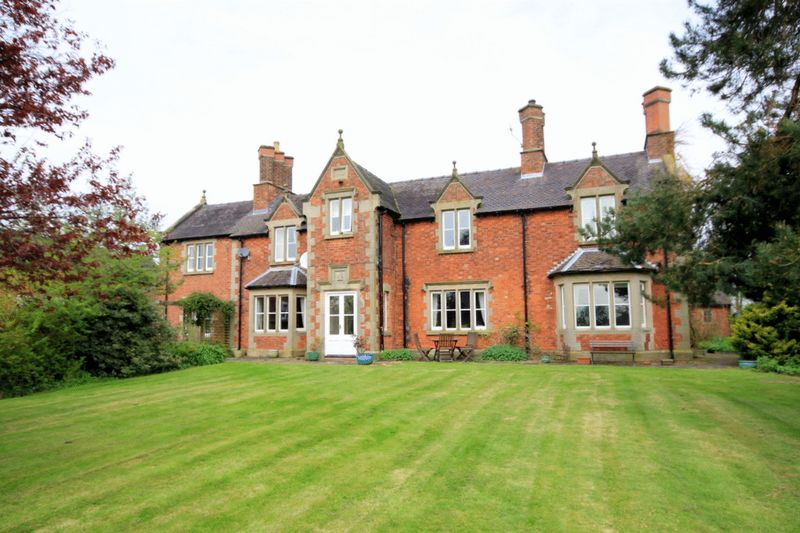 5 Bedrooms Detached House for sale in Dodsleigh, Leigh