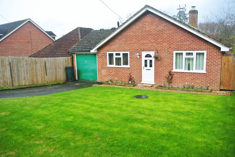 2 Bedrooms Detached Bungalow for sale in Reading Road, Chineham