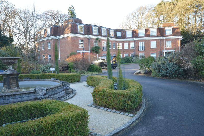 3 Bedrooms Flat for sale in Hindhead Road, Haslemere