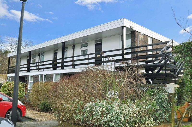 1 Bedroom Flat for sale in Larchmoor Park, Slough, Buckinghamshire SL2