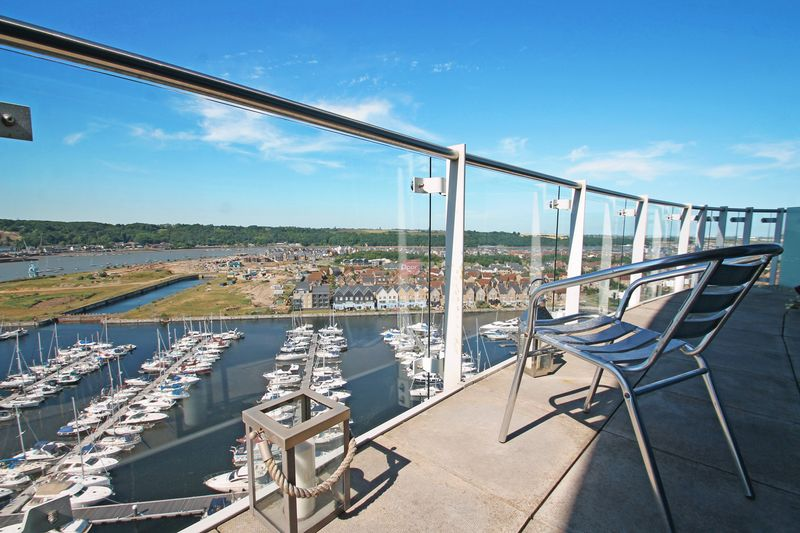 3 Bedrooms Flat for sale in Dock Head Road, Chatham