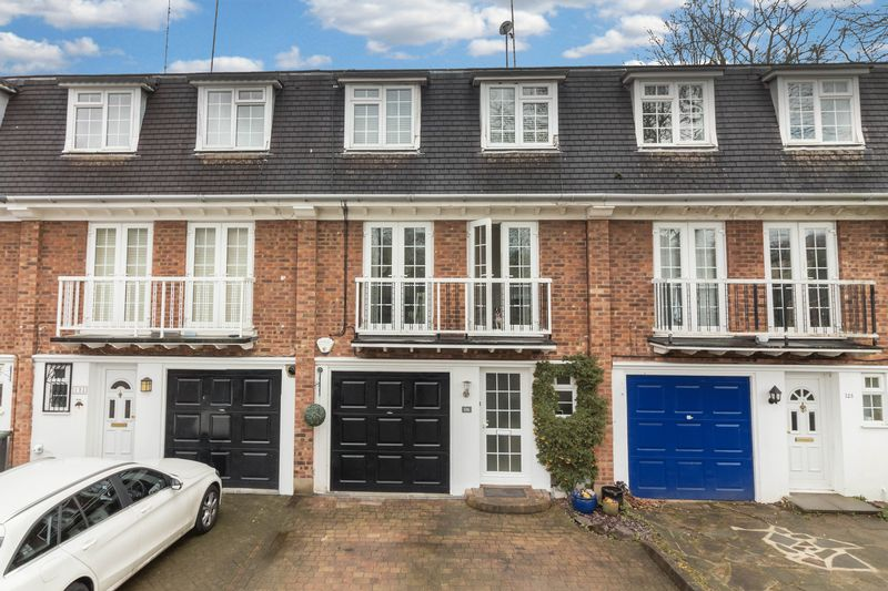 4 Bedrooms Terraced House for sale in Lower Park Road, Loughton
