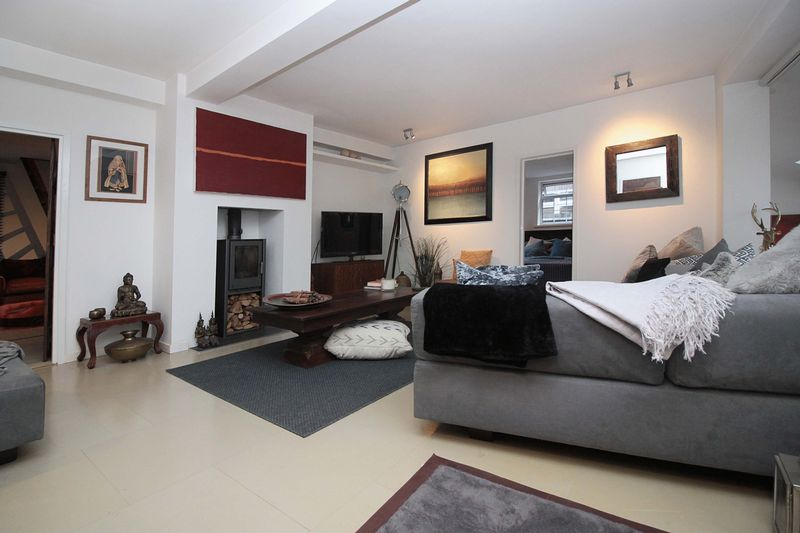 3 Bedrooms Detached House for sale in Baldwins Hill, Loughton