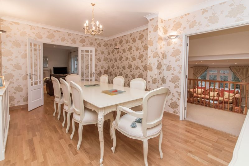 4 Bedrooms Detached House for sale in Baldwins Hill, Loughton