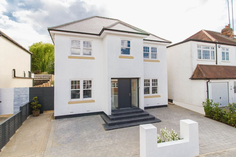 4 Bedrooms Detached House for sale in The Crescent, Loughton