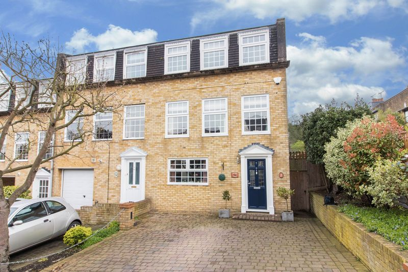 4 Bedrooms Semi Detached House for sale in Hills Road, Buckhurst Hill
