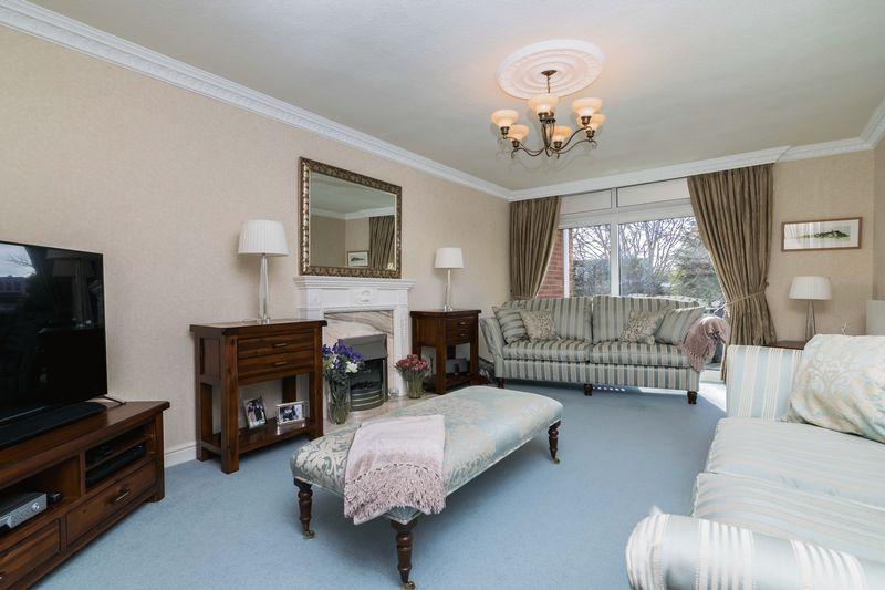 3 Bedrooms Flat for sale in Flat 5, Almond Park East, 5 Braehead Park, Barnton, Edinburgh, EH4 6AZ