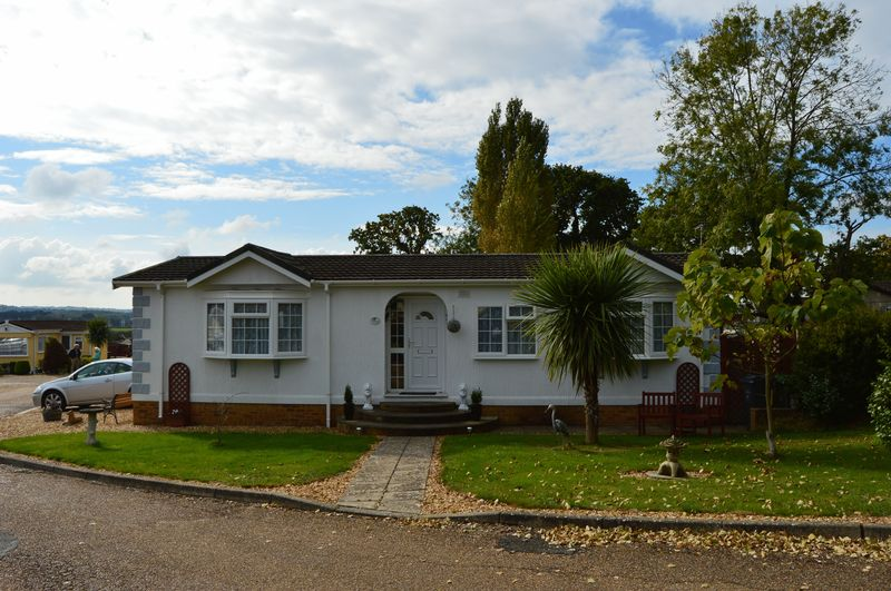 2 Bedrooms Detached Bungalow for sale in Folly Lane, East Cowes