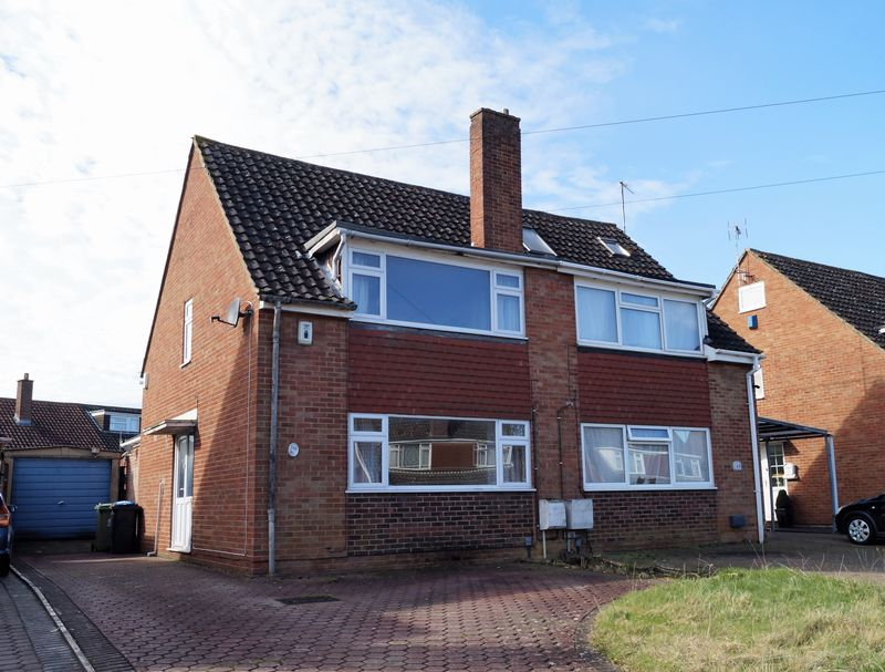 3 Bedrooms Semi Detached House for sale in Chosen Way, Hucclecote, Gloucester