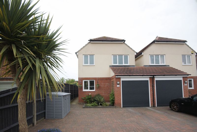 3 Bedrooms Detached House for sale in Vectis Road, Gosport