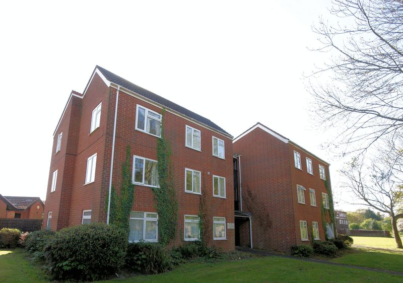 2 Bedrooms Flat for sale in Savernake Close, Gosport